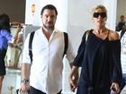 De cara limpa, Adriane Galisteu embarca com o marido no Rio