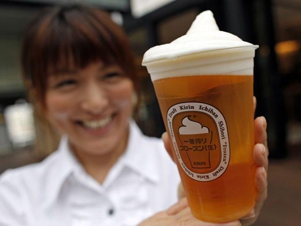 Por causa das altas temperaturas do verão no Japão, a cervejaria japonesa Kirin lançou um chope que vem com uma cobertura com espuma congelada. (Foto: Toru Hanai/Reuters)
