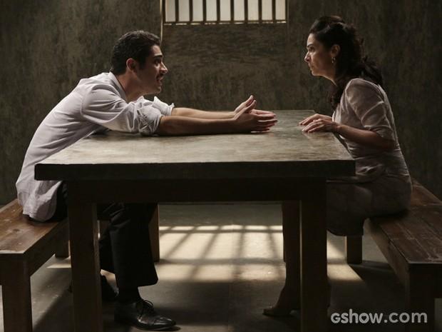 Com ajuda de Artur, Laura consegue tirar filho da cadeia (Foto: Fábio Rocha/TV Globo)