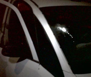 Parabrisa da viatura também sofreu disparos de fuzil (Foto: Cedida)