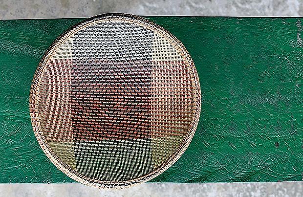 Peneira | A peça é trançada pelos homens e usada pelas mulheres para o cultivo e o processamento da mandioca, base da alimentação dos indígenas (Foto: Fabio Scrugli)