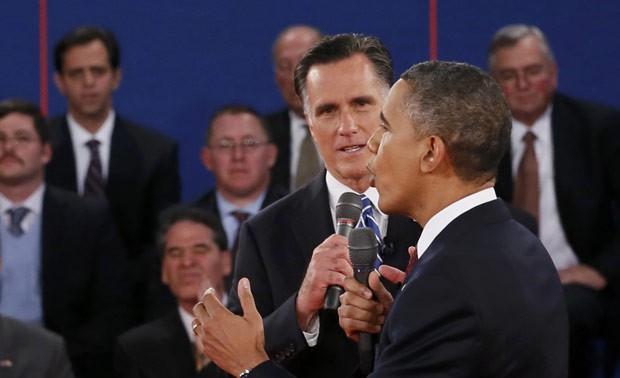 Os rivais discutem durante o debate desta terça (16) (Foto: Reuters)