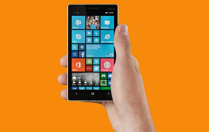 Lumia 730 é mais leve e compacto (Foto: Divulgação/Microsoft)