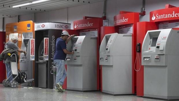 Caixa automático ; bancos ; pagamento de contas ;  (Foto: Daniela Dacorso/Agência O Globo)