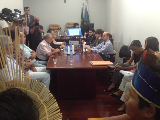 Indígenas e produtores rurais durante audiência de conciliação em MS (Foto: Tatiane Queiroz/G1 MS)