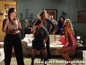 Pasmem! Elas descem até o chão! (Foto: Sangue Bom/TV Globo)