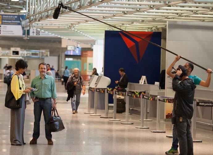 Leonardo Medeiros e Mariana Lima rodaram cenas no aeroporto (Foto: Fabiano Battaglin/Gshow)