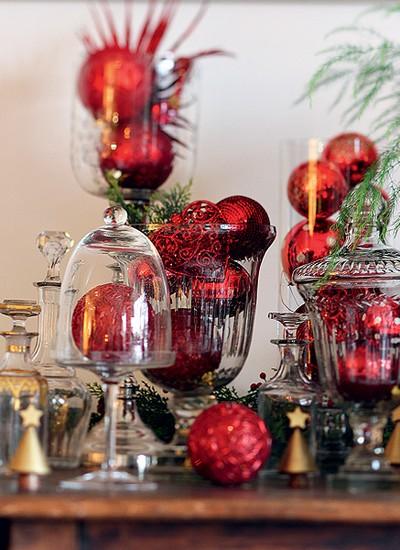 Arranjos com bolas: dentro de campânulas e vasos, as bolas de Natal criam efeito especial (Foto: Rogério Voltan/Casa e Comida)