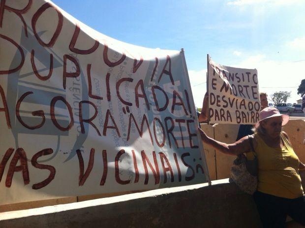Moradores protestam durante visita do governador (Foto: Gabriele Gabas / TVTEM)