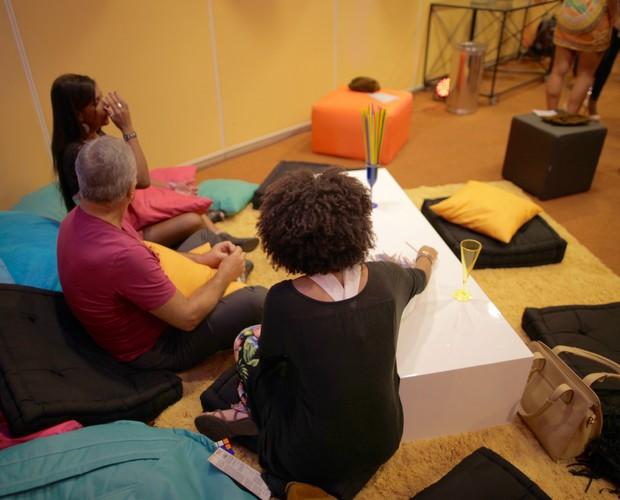 Aspirantes a BBB inetragem no lounge da seletiva do Rio (Foto: Gshow)