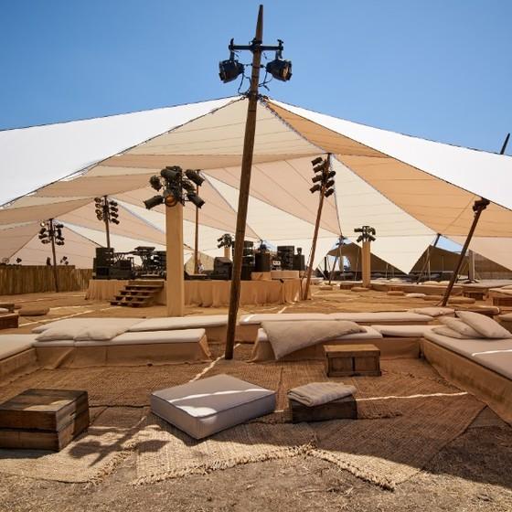 O semidesértico Cânion Las Virgenes, decorado com oito tendas para receber 800 convidados (Foto: Dior/ Divulgação)