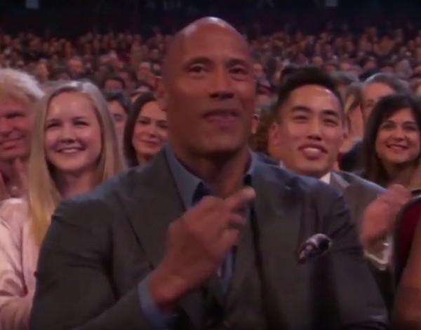 Dwayne 'The Rock' Johnson com o dedo do meio levantado para Kevin Hart (Foto: Reprodução)