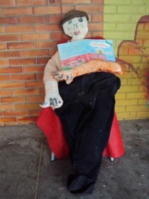 Alunos também confeccionaram boneco de Mário Quintana (Foto: Tatiana Lopes/G1)