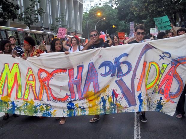 Marcha das Vadias atraiu centenas pela orla de Copacabana neste sábado (26) (Foto: Christiano Ferreira/G1)