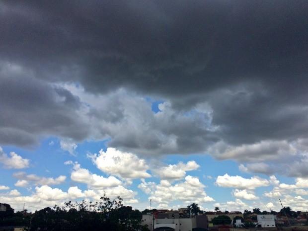 Céu na região central de Campo Grande na  tarde desta quinta-feira (22) (Foto: Maria Caroline Palieraqui/G1 MS)