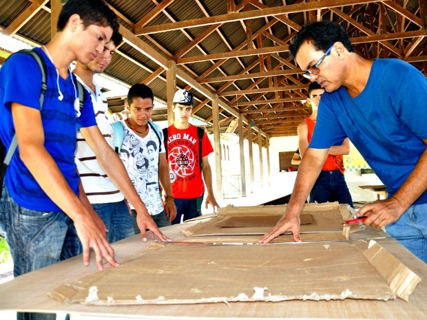 O objetivo do projeto é passar para os alunos o conhecimento do processo de construção (Foto: Vanísia Nery/G1)