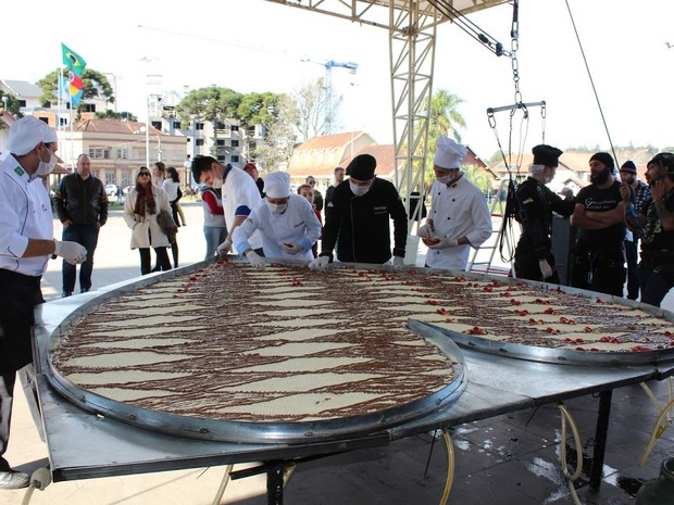 Pizzaiolos prepararam pizza gigante que pesa 107 kg (Foto: RankBrasil/Divulgação)