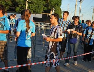 Voucher virou acessório no fardamento dos tricolores na Arena (Foto: Hector Werlang/Globoesporte.com)