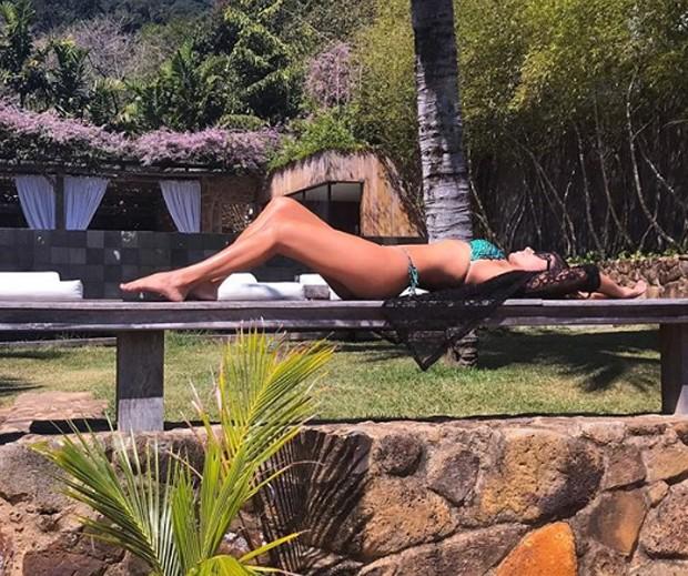 Paula Fernandes posta foto na praia após casamento do ex