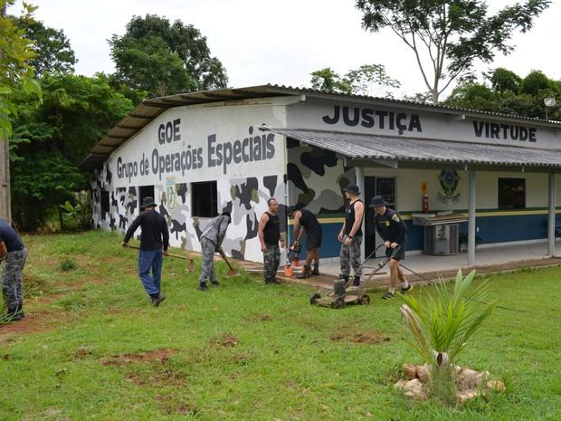 O objetivo é de que a limpeza seja feita pelo menos uma vez por semana em toda a área da Polícia Militar. (Foto: Magda Oliveira/G1)