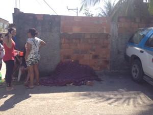 Corpos encontrados no bairro Jardim Nova Era, em Nova Iguaçu (Foto: Guilherme Brito/G1)