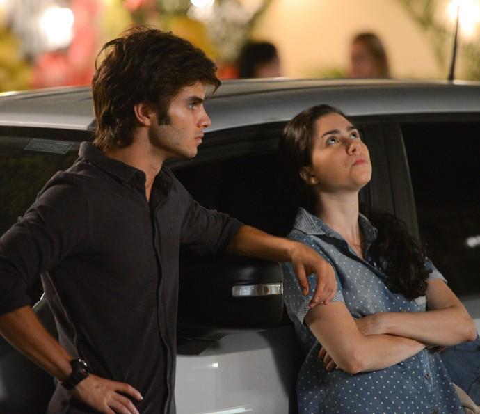 Débora convida Fabinho para um lanche, mas ele a dispensa (Foto: Pedro Carrilho / Gshow)