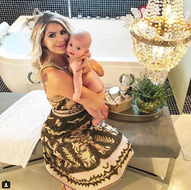 Karina Bacchi e Enrico no luxuoso banheiro (Foto: Reprodução Instagram)
