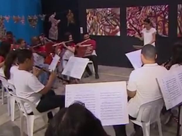 Jovem com deficiência auditiva vira maestrina de orquestra em Jacareí (Foto: Reprodução/ TV Vanguarda)