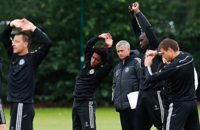 josé Mourinho e Willian chelsea treino (Foto: Agência Reuters)