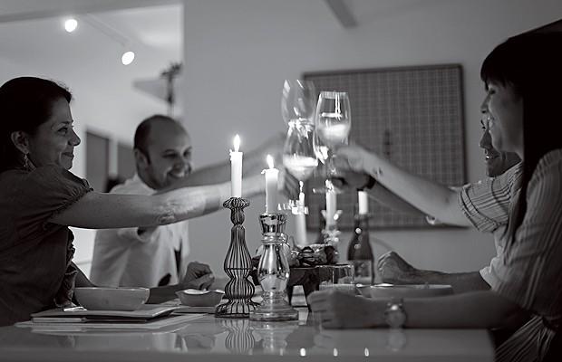 Castiçais e velas criam o clima de festa para o jantar na casa da decoradora Doris Sochaczewski (Foto: Rogério Voltan/Casa e Comida)