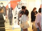 Nicole Bahls troca beijos com Marcelo Bimbi em evento