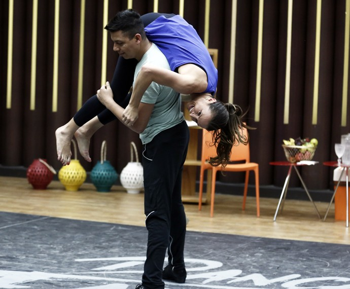 Maurren Maggi é carregada pelo professor no ensaio do Dança dos Famosos (Foto: Inácio Moraes / Gshow)