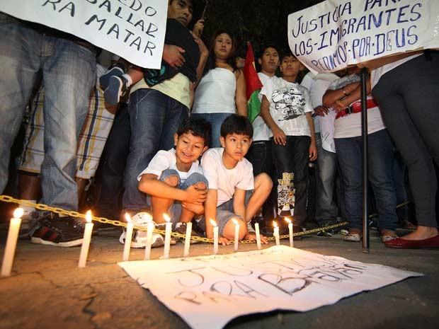 Grupo pede por justiça em frente ao 49º Distrito Policial, em São Mateus, na zona leste de São Paulo, onde foi registrado boletim de ocorrência, após assalto à família do menino Bryan Yanarico (Foto: Epitácio Pessoa/Estadão Conteúdo)