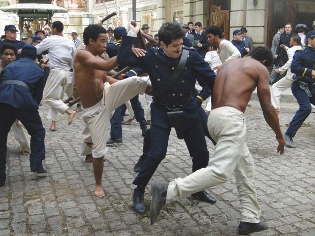 Praxedes em luta com capoeiras (Foto: Lado a Lado/TV Globo)