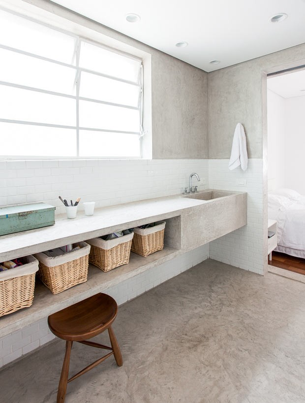 Apê dos anos 1960 renovado com menos paredes e estante de concreto  Casa e J -> Como Fazer Pia De Banheiro Com Cimento Queimado