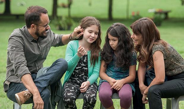 1. Família Reunida: Dado (Paulo Vilhena), Nara (Sophia Valverde), Juliana (Annalara Prates) e Rosa (Maria Ribeiro) (Foto: Priscila Prade)