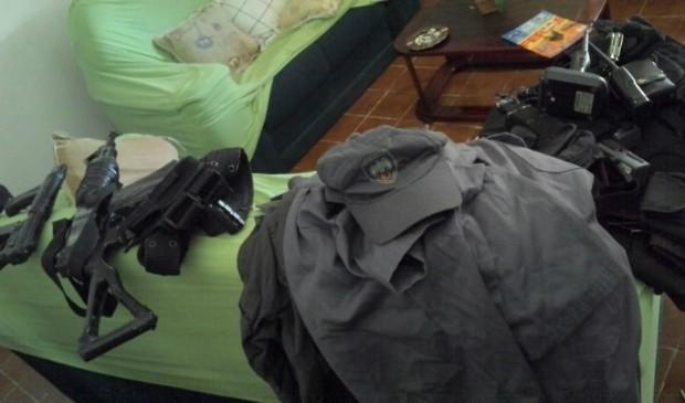 Armas e farda da Polícia Militar, que estavam na casa do menor detido (Foto: Divulgação/ Polícia Militar)