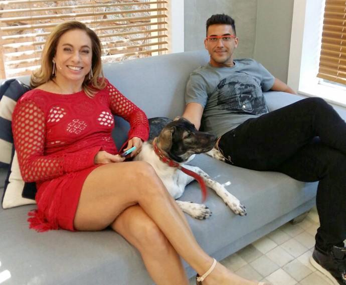 Cissa e André posam com vira-lata do apresentador no camarim do Mais Você (Foto: Ivo Madoglio)