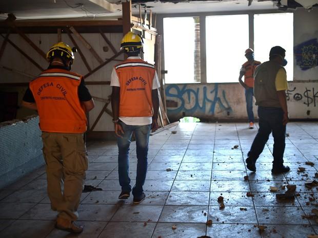 Agentes da Defesa Civil fazem perícia no Torre Palace, antigo hotel de luxo no centro de Brasília, após operação de reintegração de posse (Foto: Andre Borges/Agência Brasília)