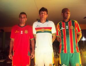 Novos uniformes do Sampaio foram apresentados por João Gabriel (esquerda), Eloir (centro) e Arlindo Maracanã (Foto: Afonso Diniz/Globoesporte.com)