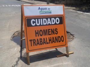 Segundo morador, serviço está parado, apesar da placa (Foto: Josias Cardoso/ VC no G1)