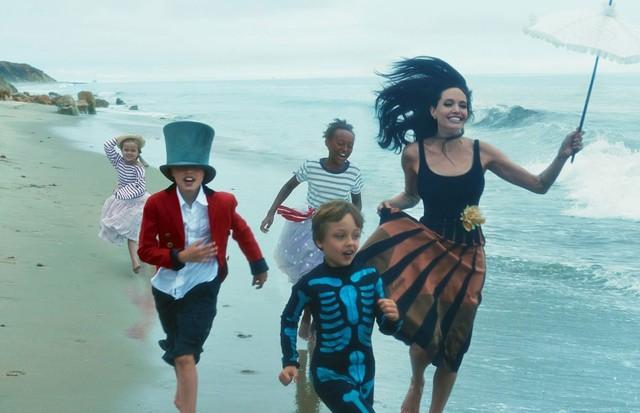 Angelina Jolie e os filhos na Vogue americana (Foto: Divulgação)