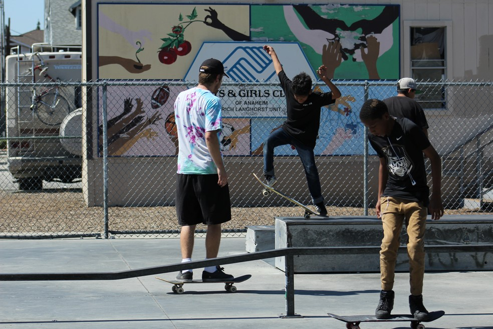 A quadra pública pode ser usada por qualquer um dos meninos da região (Foto: Iris Correia)