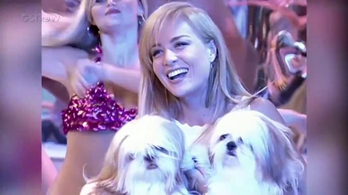Angélica segura cachorrinhos após surpresa da família (Foto: TV Globo)