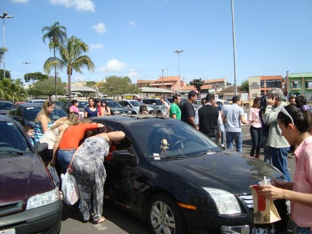 O caso chamou a atenção de quem passava pelo local. (Foto: Gláucia Souza / G1)