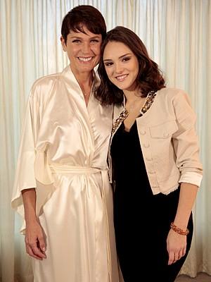Xuxa e Isabelle Drummond no intervalo das gravações (Foto: Cheias de Charme / TV Globo)