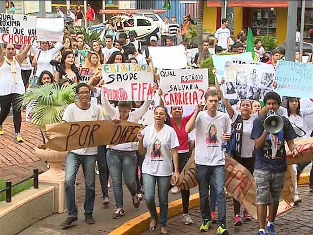 Cerca de 150 pessoas fizeram um protesto pedindo por justiça pela morte de Gabriela (Foto: Paulo Souza/ EPTV)