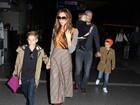 Victoria e David Beckham viajam com sua trupe para a Inglaterra