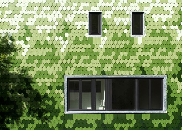 Degradê de telhas verdes cria efeito de pixel na fachada da casa (Foto: Divulgação)