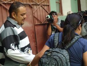 Corinthians - Um dos presos corintianos com a esposa (Foto: Diego Ribeiro)